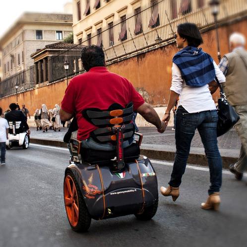 Pasea de la mano de tu pareja con la silla de ruedas eléctrica Genny